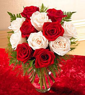 Ağrı uluslararası çiçek gönderme  5 adet kirmizi 5 adet beyaz gül cam vazoda
