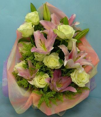 11 adet gül ve 2 adet kazablanka buketi  Ağrı internetten çiçek satışı