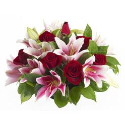 güller ve kazablnaklardan aranjman  Ağrı anneler günü çiçek yolla