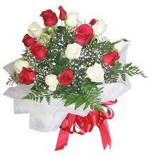 Ağrı çiçek , çiçekçi , çiçekçilik  12 adet kirmizi ve beyaz güller buket