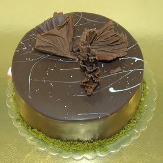 pastaci ustamizdan 4 ile 6 kisilik fistikli çikolatali yaspasta  Ağrı çiçek servisi , çiçekçi adresleri