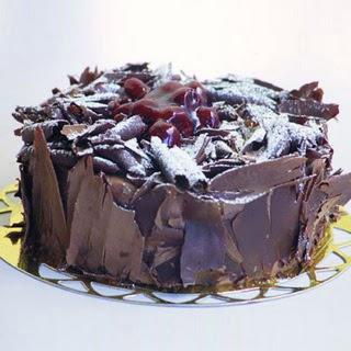 pasta yolla 4 ile 6 kisilik visneli çikolatali yas pasta  Ağrı çiçek siparişi sitesi