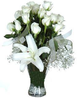 cam içerisinde 11 beyaz gül ve 1 kazablanka  Ağrı çiçek siparişi sitesi