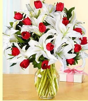 Ağrı çiçek siparişi sitesi  3 kazablanka 10 kırmızı gül vazosu