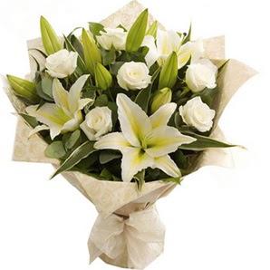 Ağrı anneler günü çiçek yolla  3 dal kazablanka ve 7 adet beyaz gül buketi