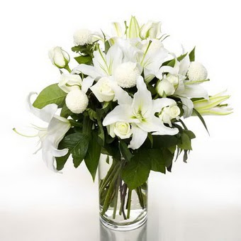 Ağrı çiçek gönderme sitemiz güvenlidir  1 dal cazablanca 7 adet beyaz gül vazosu