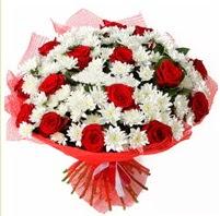 11 adet kırmızı gül ve beyaz kır çiçeği  Ağrı internetten çiçek satışı