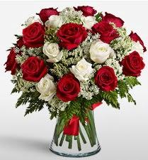 Vazoda 12 kırmızı 12 beyaz gül tanzimi  Ağrı uluslararası çiçek gönderme