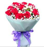 12 adet kırmızı gül ve beyaz kır çiçekleri  Ağrı çiçekçi mağazası