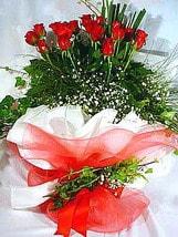 Ağrı çiçek satışı  11 adet kirmizi gül beyaz krepte